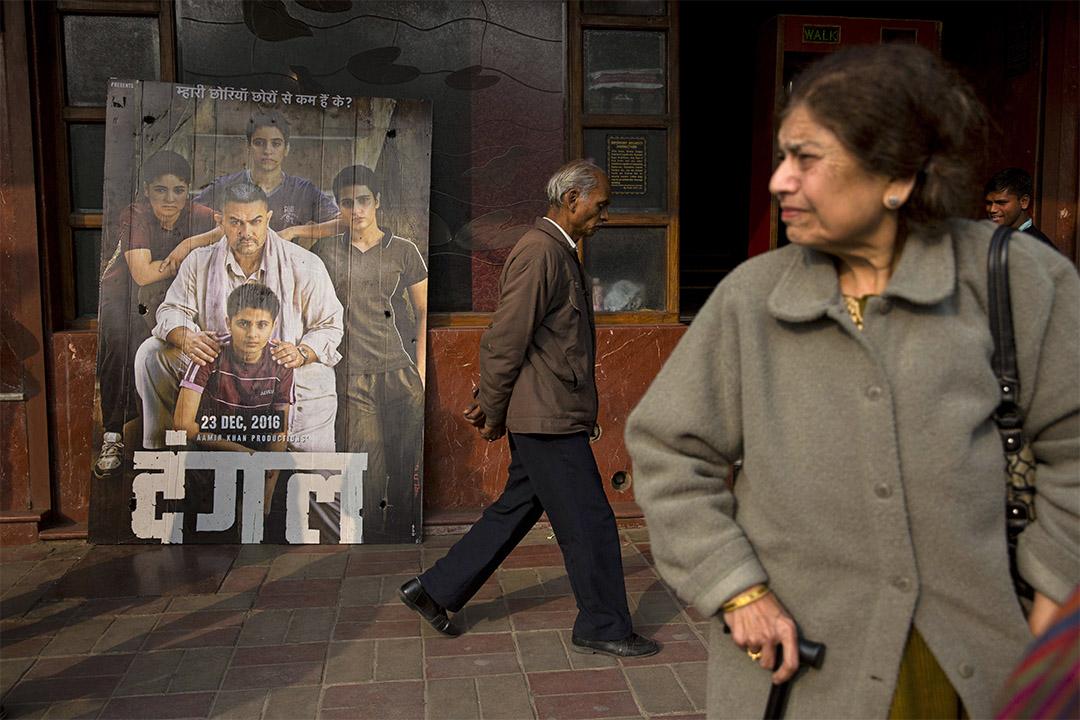 印度新德里戲院外放著印度大片 Dangal 的海報。