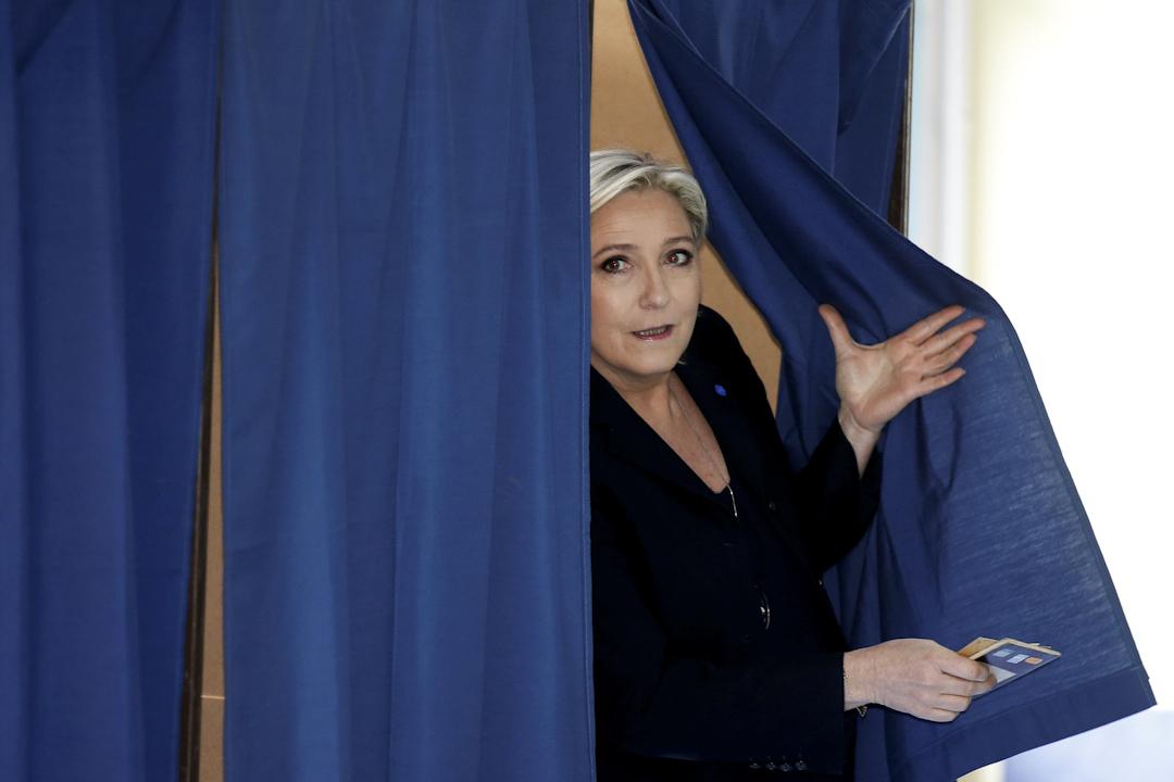 法國總統候選人馬林勒龐在法國法國北部Henin-Beaumont的投票站中投票。