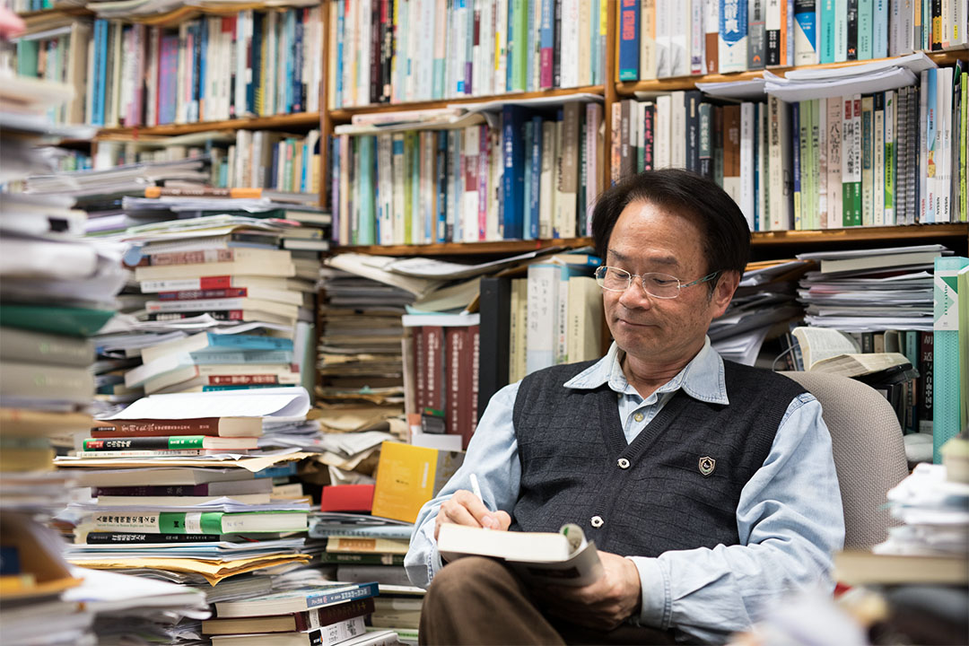任職台灣中央研究院近代史研究所的陳儀深,以彭明敏文教基金會的名義接受委託、完成了第一部學術規格的「陳水扁先生口述歷史」。