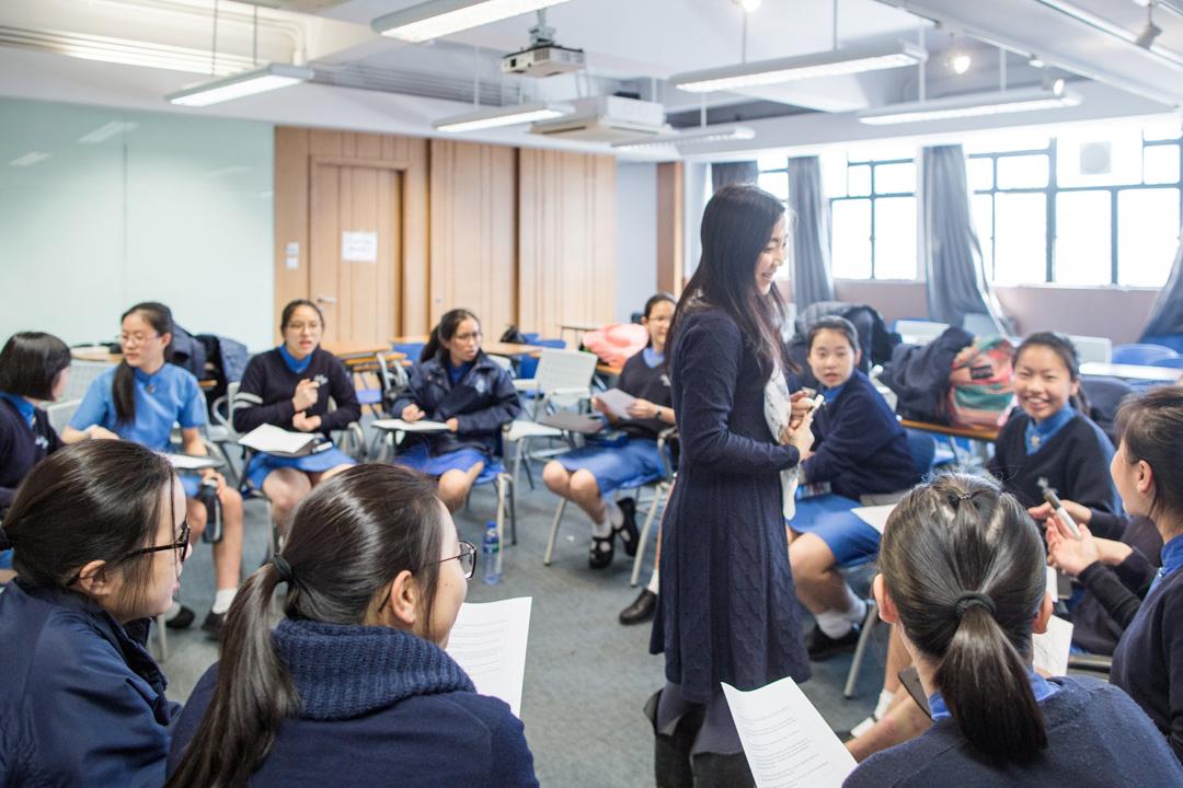 香港協恩中學的哲學課堂中。