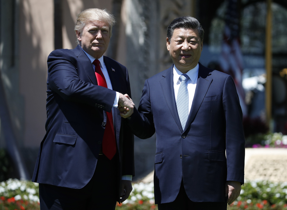 2017年4月7日,美國總統特朗普和中國國家主席習近平在佛羅里達州海湖莊園 一起散步。
