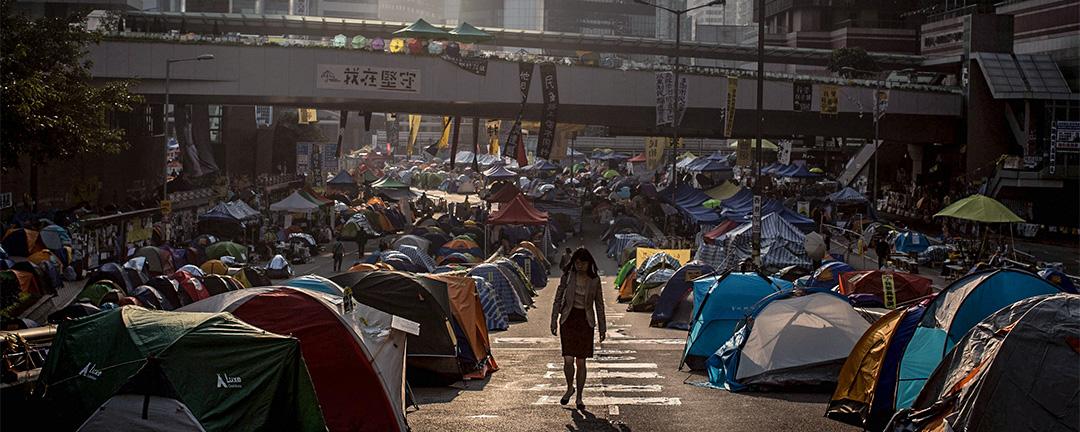 4月18日,香港民主黨主席胡志偉呼籲候任特首林鄭月娥上任後使用特首權力,赦免2014年雨傘運動中被定罪或已被控的各方人士。圖為2014年金鐘佔領區。