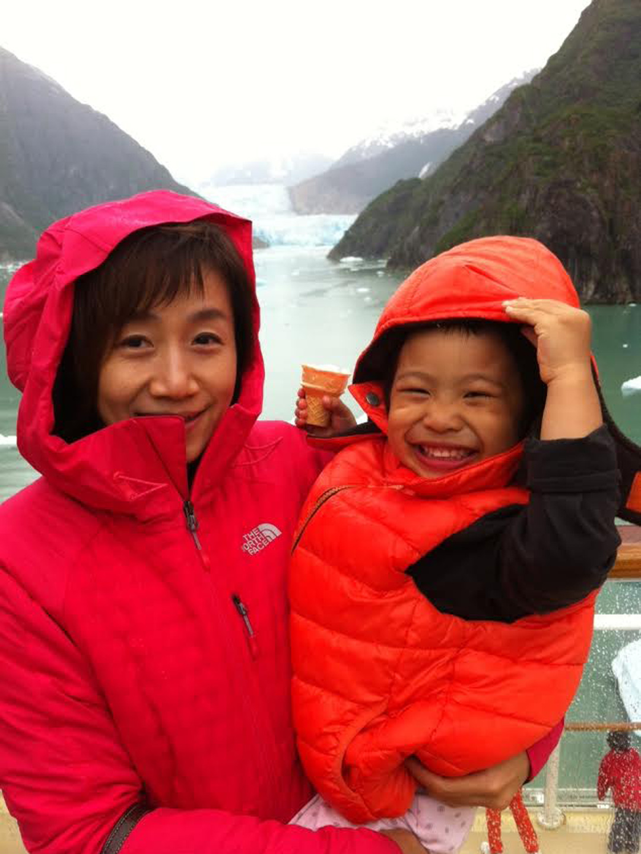《和妳直到天涯海角》書中郝譽翔與女兒共遊照片。