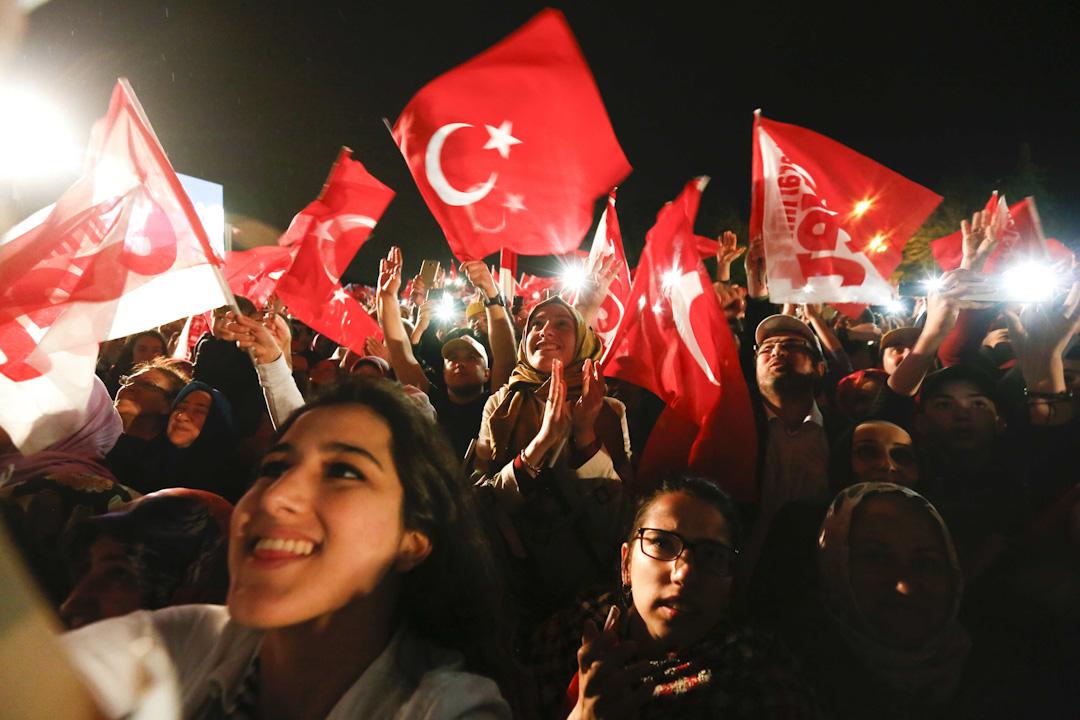 土耳其修憲公投結束。據Anadolu Agency報道,贊成票佔51.3%,反對派佔48.7%。投票率超過八成,埃爾多安及正義與發展黨的支持者慶祝修憲獲得通過。