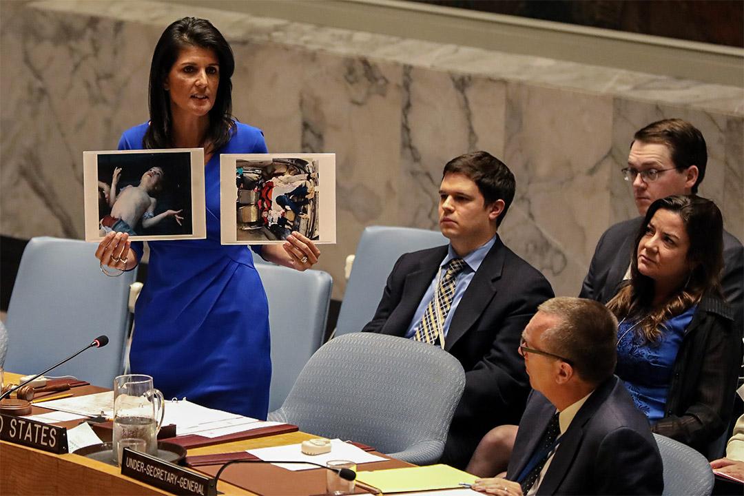 2017年4月5日,在美國紐約舉行的安理會會議期間,美國駐聯合國大使 Nikki Haley 展示遇難者照片。