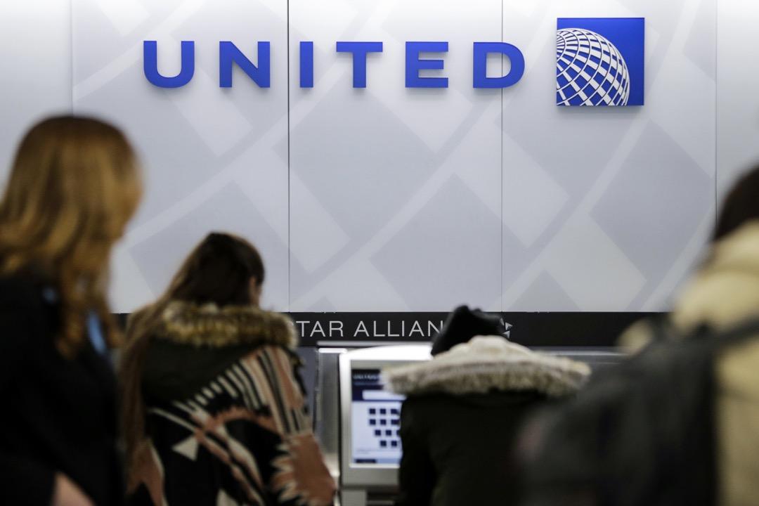 美聯航與被打乘客達成和解,並將鼓勵超售乘客下機的最高補償額度調整到1萬美元。