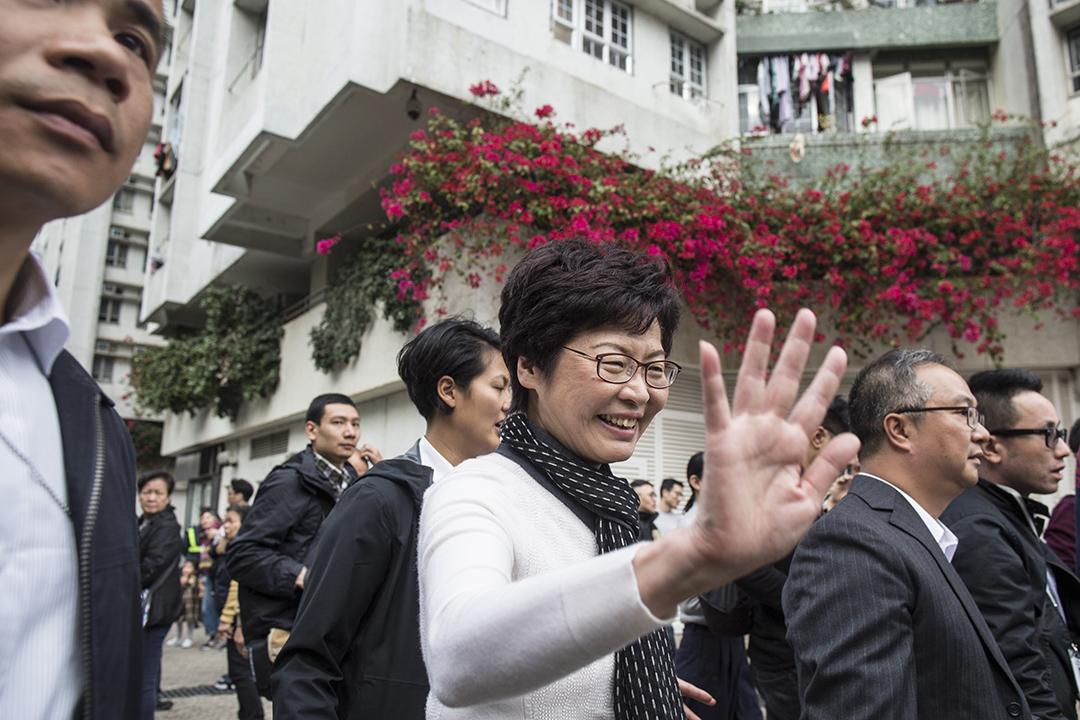 2017年3月27日,林鄭月娥當選後落區接觸市民。
