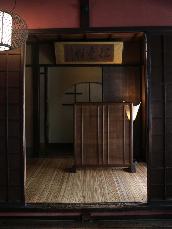 許多日式旅館沒有櫃檯,卻總是能搶在第一時間歡迎入住旅客。