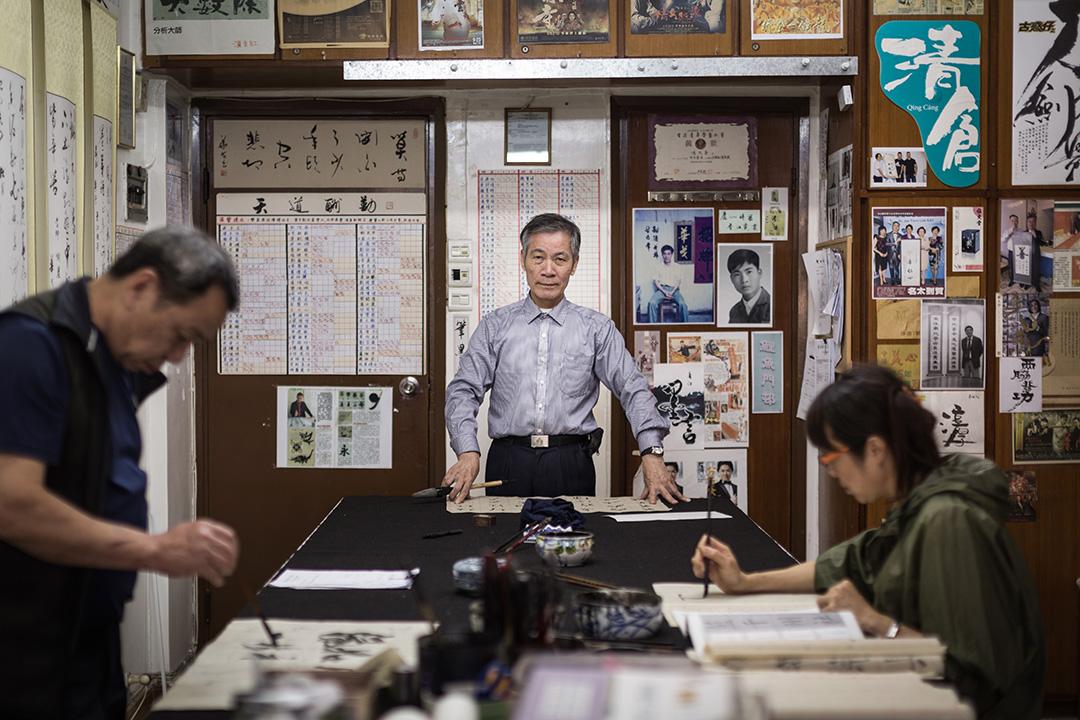 馮兆華生於1948年,來自內地順德,大約三十歲移居香港。他誕生的年代、以至他長大的時代,仍然重視識字,能以寫字來糊口。
