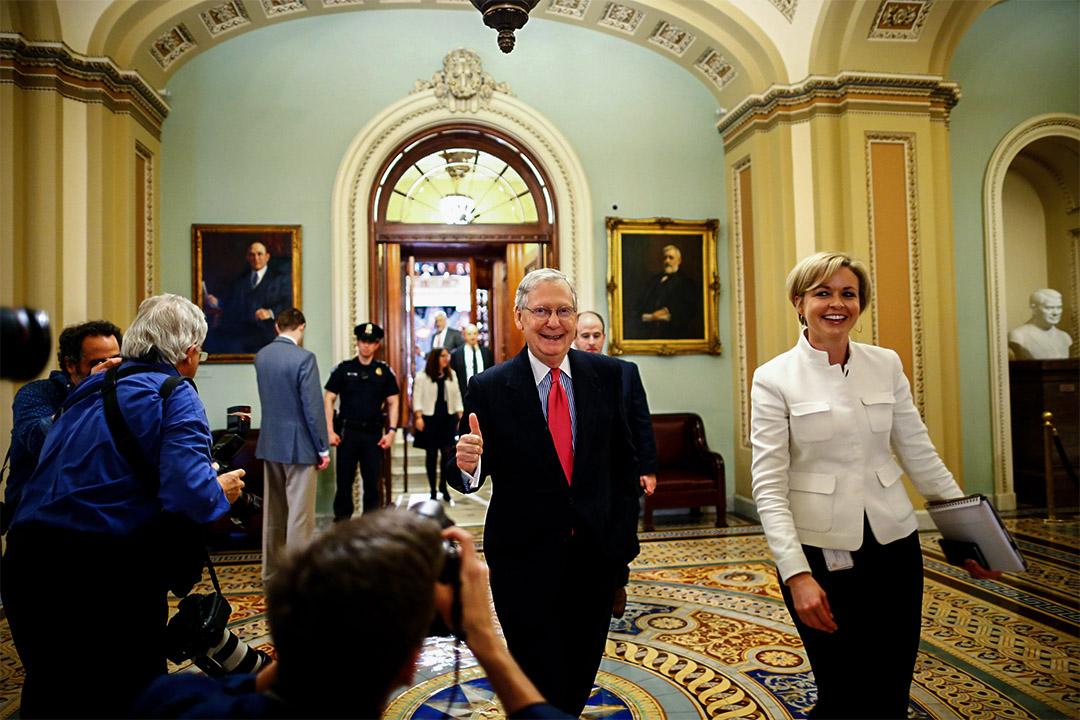 2017年4月6日,美國參議院多數黨領袖 Mitch McConnell (中)會議完結後離開。
