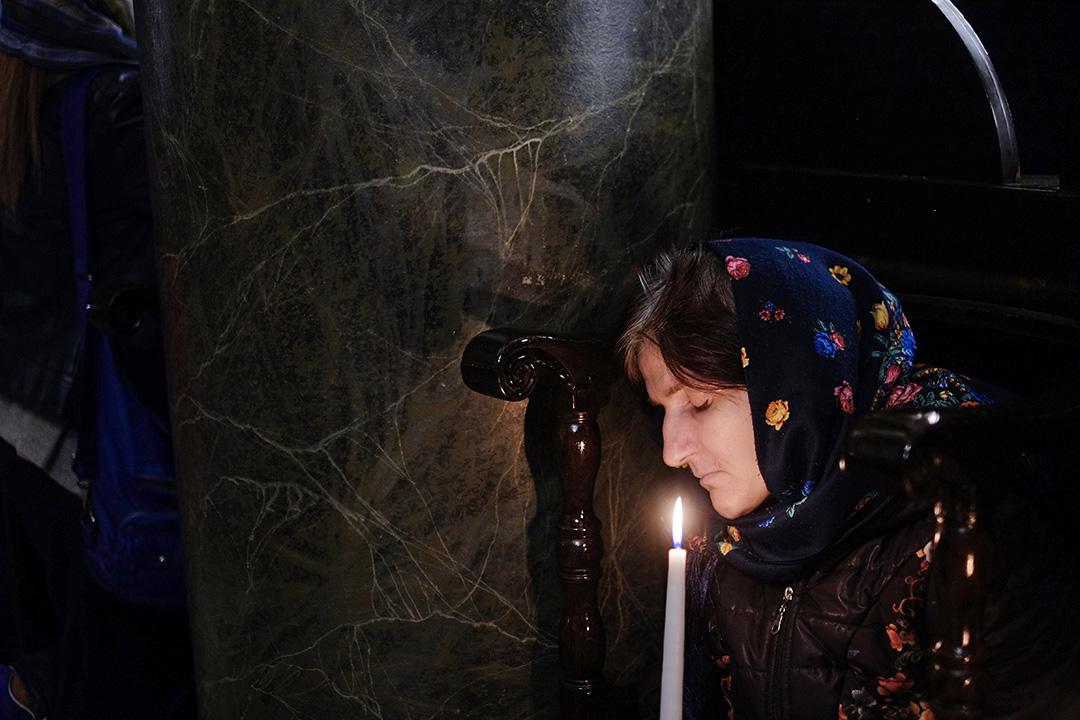 2017年4月16日,在伊斯坦堡聖喬治教堂,一名東正教教徒正參與復活節彌撒。