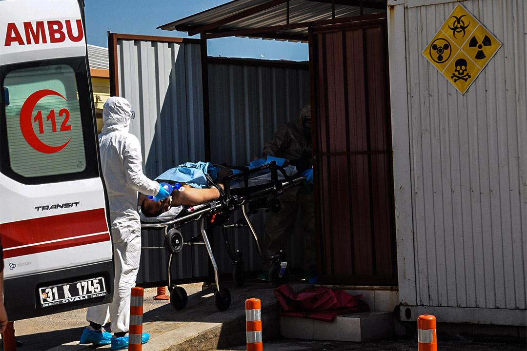 2017年4月4日,一名敘利亞男子由穿著化學保護衣的土耳其醫療人員送往醫院。
