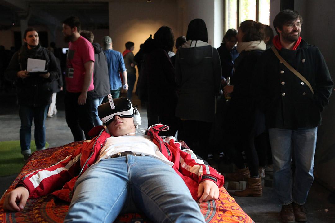 2017年4月26日,德國柏林,參觀者於 A MAZE festival 活動中試玩虛擬現實視頻遊戲。該活動旨在提供平台予初創企業,展示其公司有關視頻遊戲的產品。