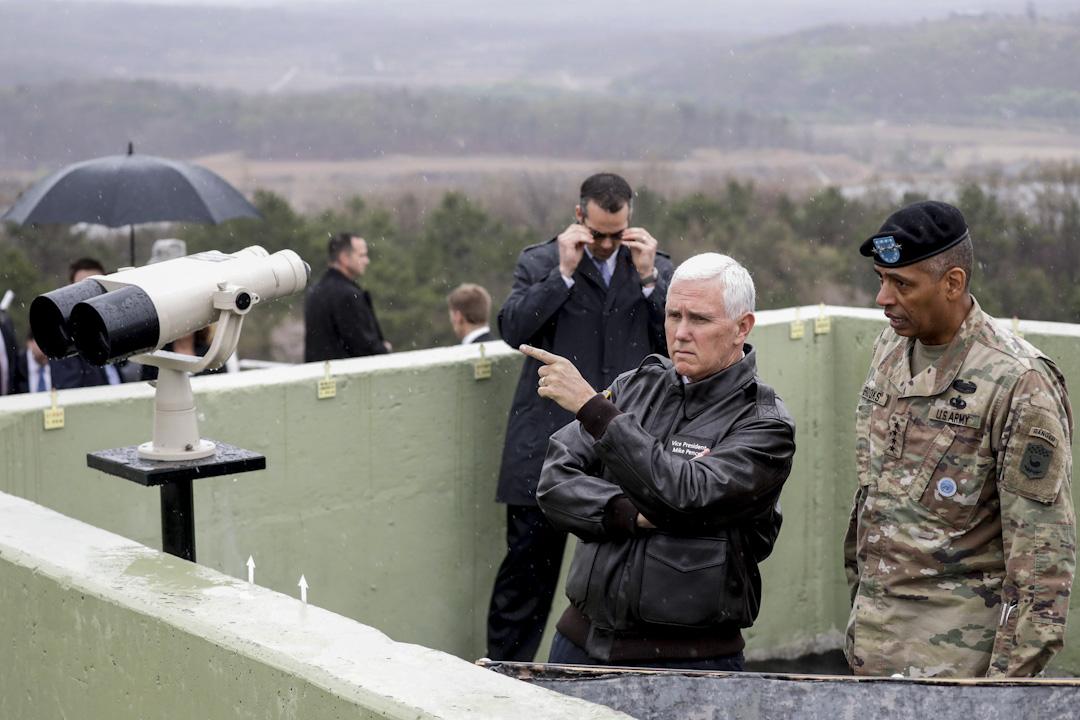 2017年4月17日,美國副總統彭斯訪問分隔韓朝非軍事地區(DMZ),並從瞭望台往北韓方向觀看。