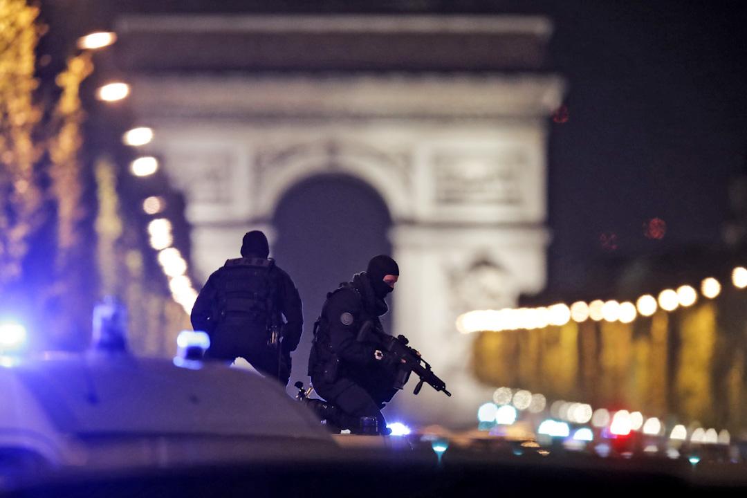 巴黎香榭麗舍大道發生槍擊事件,造成至少2名警員死亡,1名警員受傷。警方指,襲擊者至少有2人,其中1名襲擊者被擊斃。ISIS已承認責任。