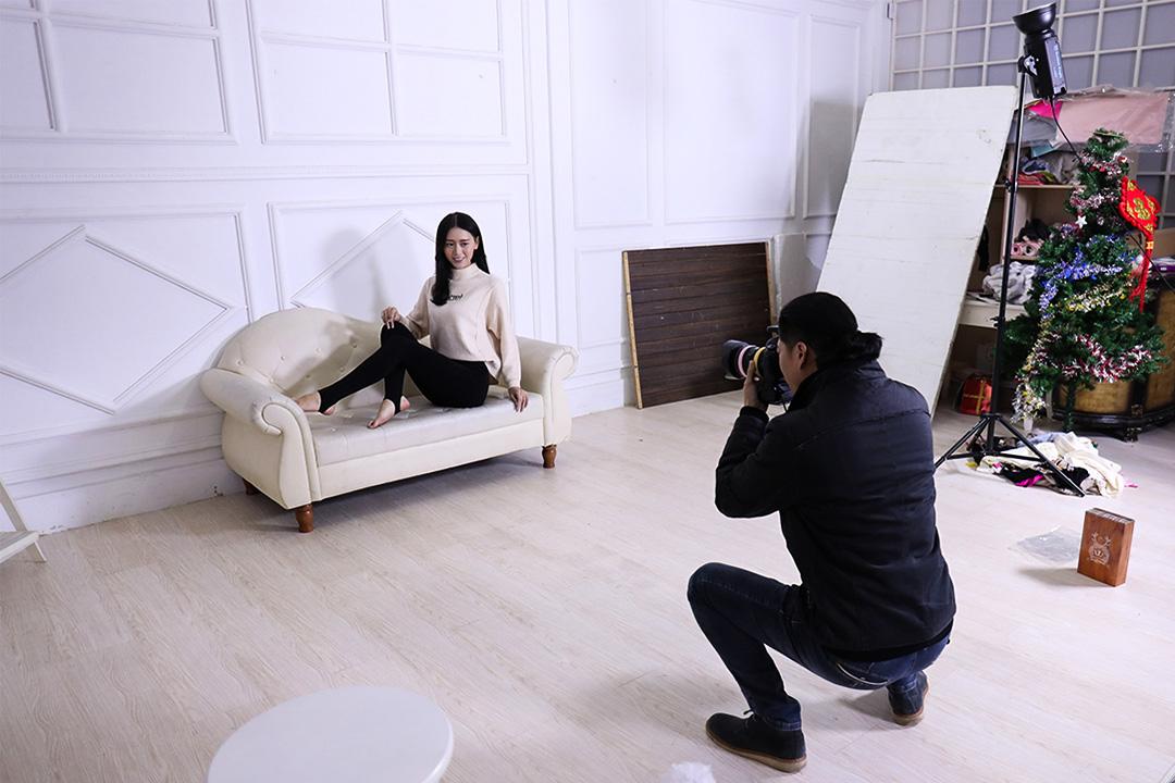 拍攝打底褲時的魯雅莉。
