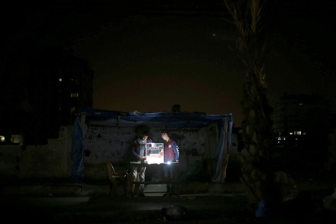 2017年4月25日,巴勒斯坦加沙市,香煙商販於難民營停電時,使用以電池供電的燈作照明。