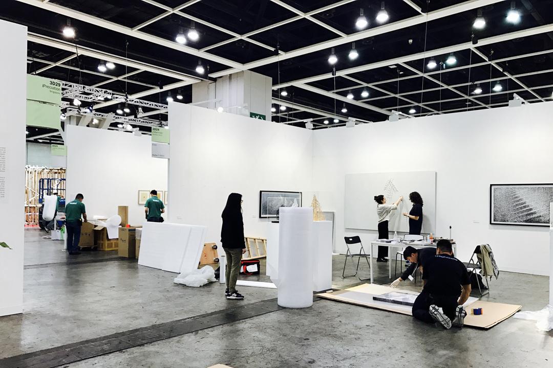 Hong Kong Art Basel 展覽結束,拆卸的工作人員陸續出現,開始拆件、裝箱。