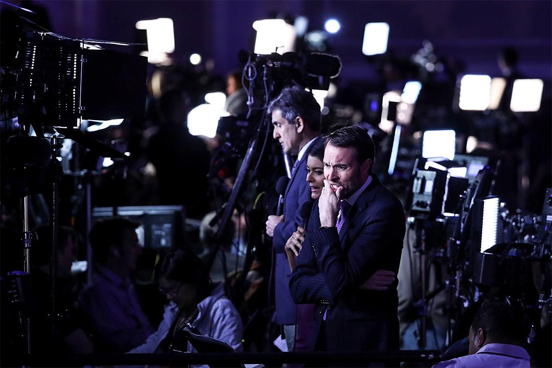 美國大選中,總統候選人的虛假言論和社交媒體上的假新聞蔓延叢生、流傳甚廣,多家新聞機構及時跟進事實核查。圖為廣播媒體記者特朗普當選晚會中。