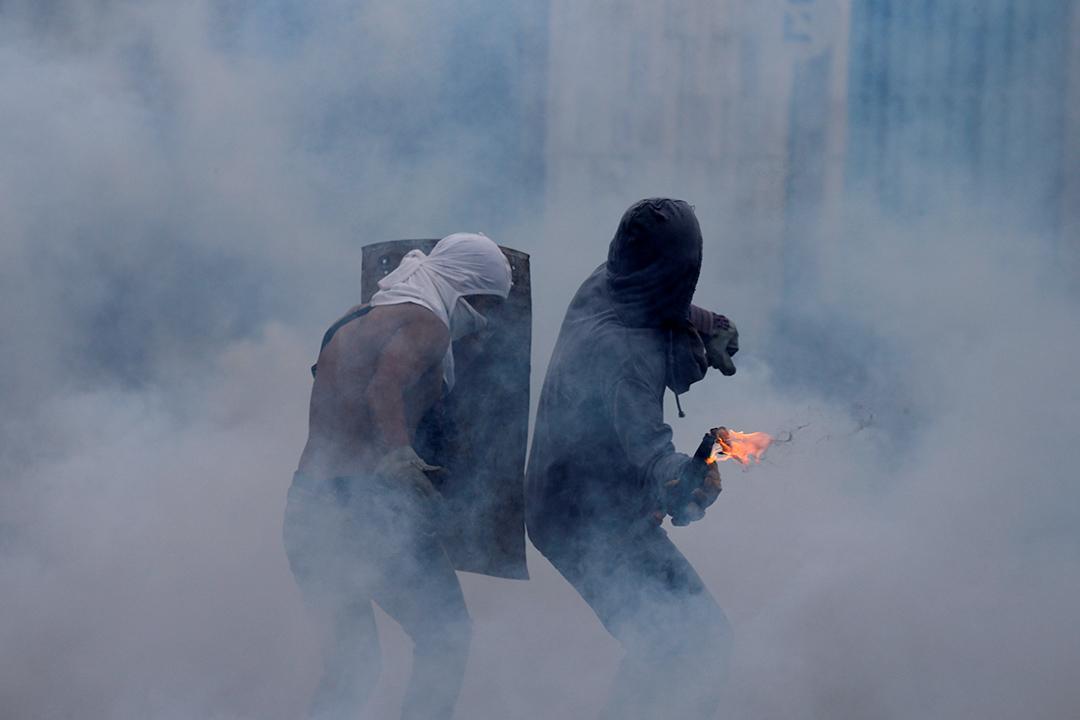 2017年4月26日,委內瑞拉加拉加斯,反對派示威者與安全部隊於抗議活動中發生衝突。當地這一個月的示威活動已造成至少29人死亡。