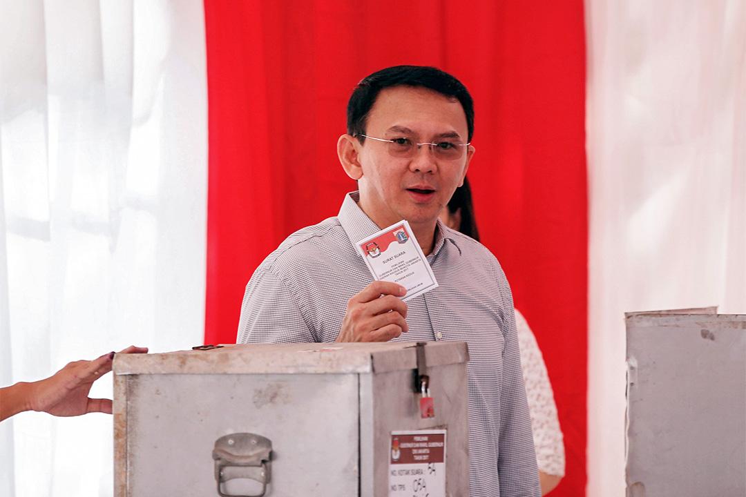 2017年4月19日,鍾萬學(Tjahaja Purnama)於選舉中投票。