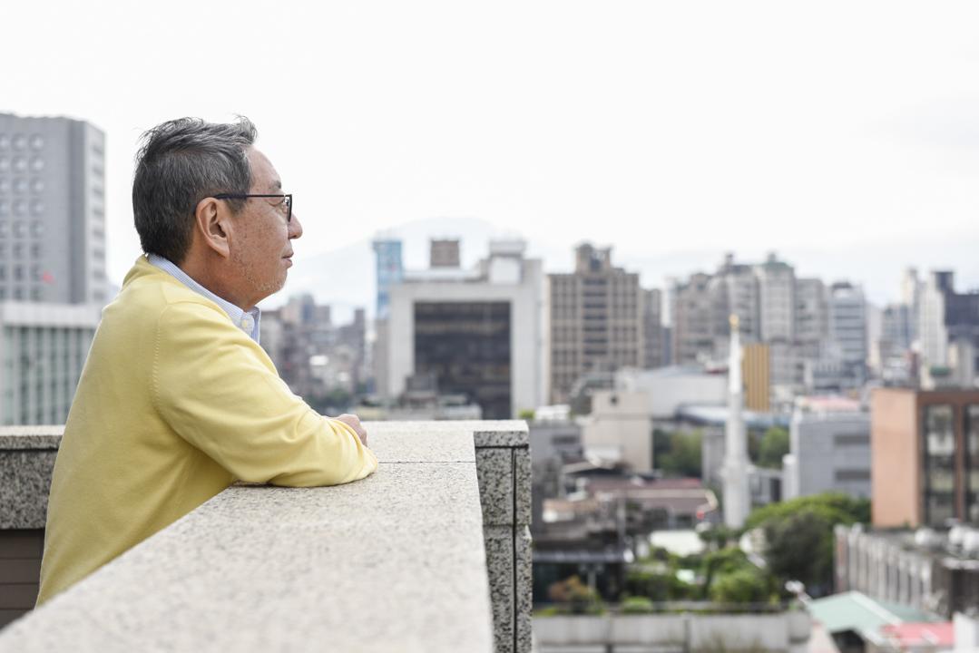 """忍足谦朗生于战后的日本,大学后负笈美国求学,从没过上苦日子。问他为何选择出入战区,担任粮食救援工作30年?他答:""""因为如果我们不做这些事,成千上万的人就会活活饿死。"""""""