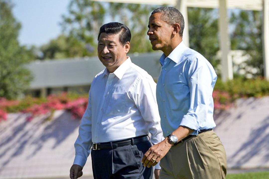 2013年6月習近平首次以國家主席身份訪美、與奧巴馬在加州安納伯格不戴領帶於莊園會晤。