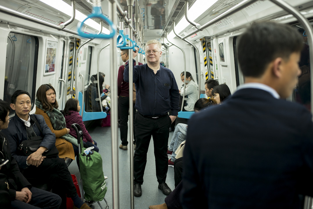 John Lombard 居住在中國大陸已23年,現定居東莞,工作地方則在廣州,每次往返都以地鐵及高鐵作為交通工具。