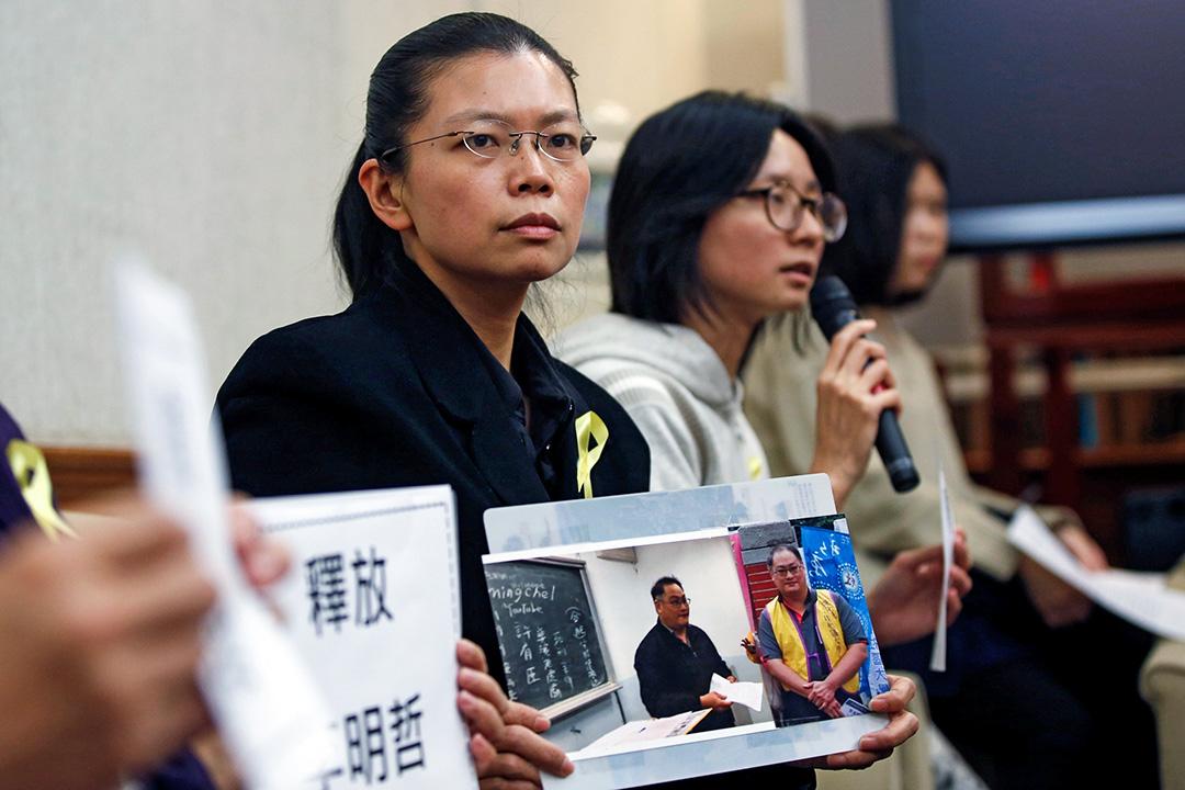 台灣人權維權人士李明哲妻子在台北召開記者會。