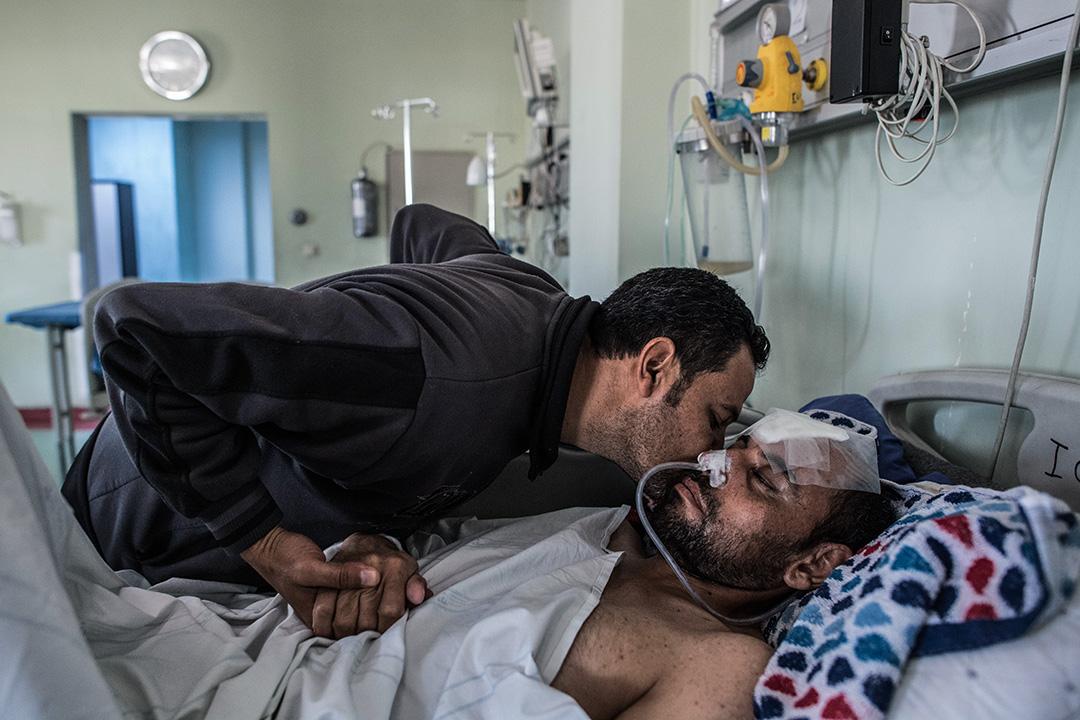 2017年4月17日,在伊拉克政府軍和摩蘇爾伊斯蘭國戰鬥期間,於伊拉克城市艾比爾,穆罕默德·馬哈茂德在摩蘇爾空襲期間頭部嚴重受傷,躺在醫院的床上,他的兄弟正安慰他。