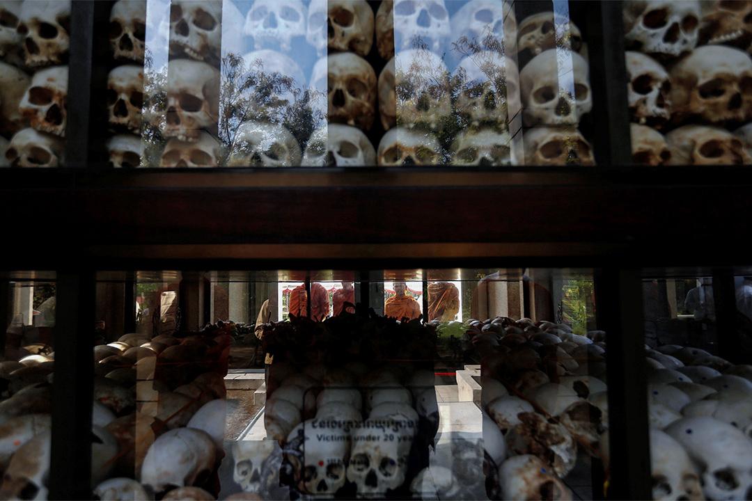 2017年4月17日,在柬埔寨金邊的瓊邑克紀念館,佛教僧侶在一個載滿赤柬執政時遇害者頭骨的玻璃箱前。