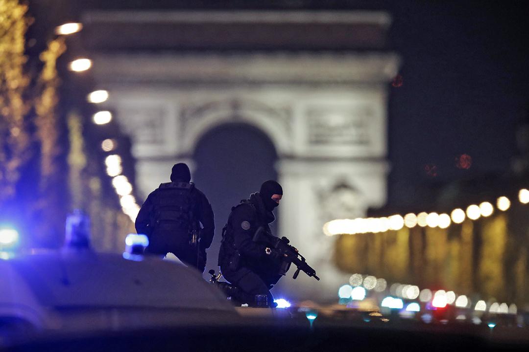 2017年4月20日,法國巴黎發生槍擊事件,警察把守著香榭麗舍大道,事件發生在法國大選前三天,槍手已被擊斃,一名警察死亡,兩名警察受傷。