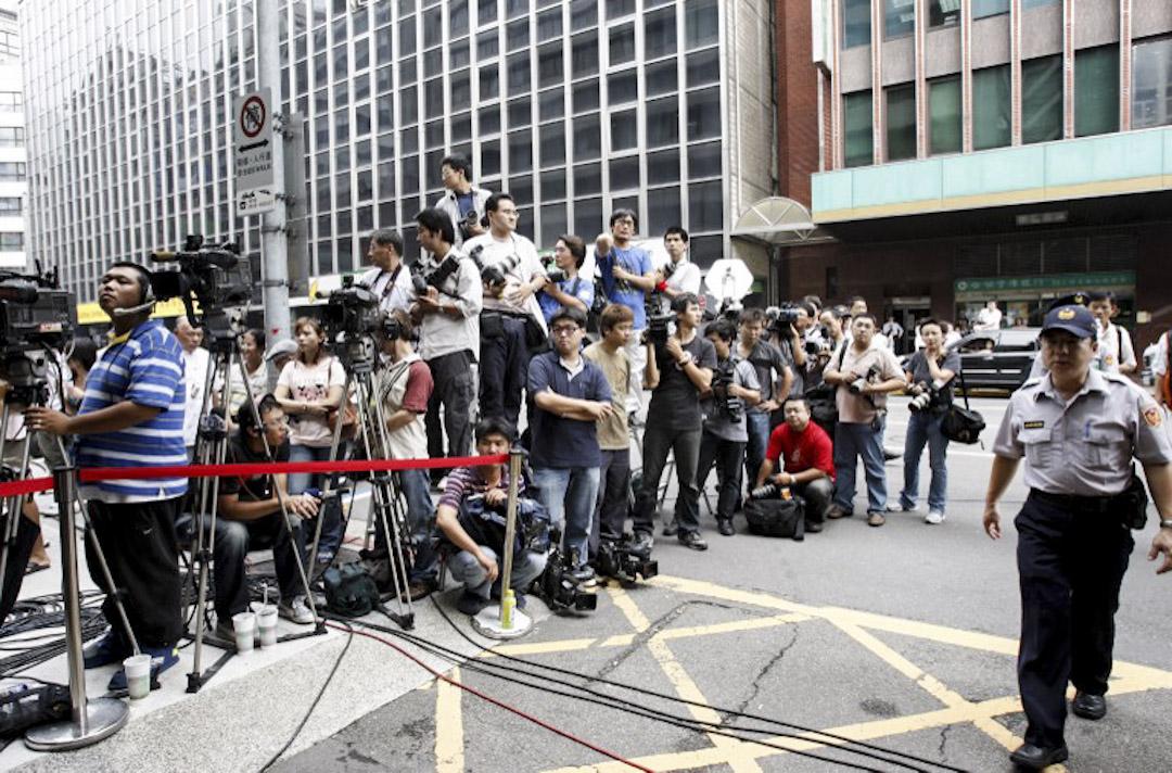 傳統上台灣的全國性媒體在地方的分社都要同時負責新聞與業務,近年從特派員到記者,業務的比重已明顯地超過新聞,地方記者往往一人身兼多職。