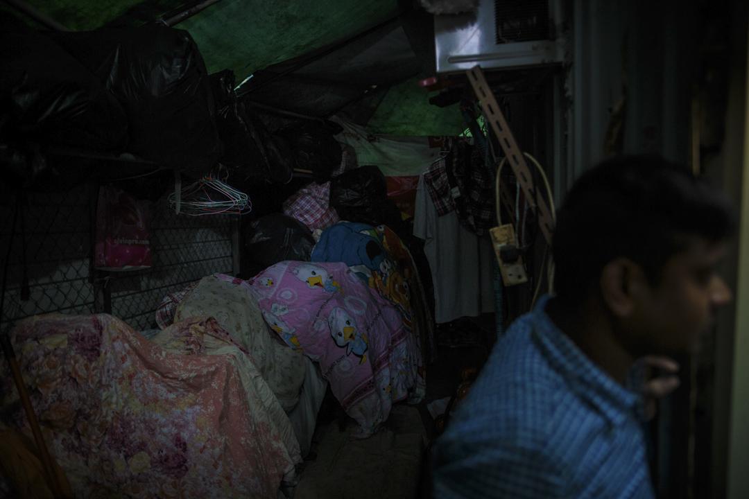 寮屋區內的居住環境惡劣,房間塞滿生活用品,衞生狀況令人擔憂。
