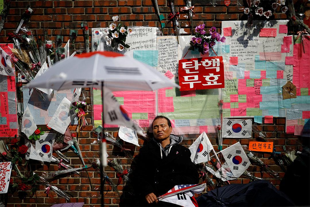 2017年3月30日,朴槿惠支持者在其私宅外聚集。