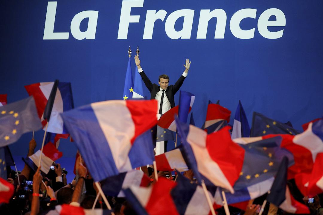 2017年4月23日,法國舉行了2017年總統大選的第一輪投票。根據96%的開票結果顯示,溫和左翼候選人馬克隆獲得了23.9%選票,將於5月7日的第二輪投票中與和極右翼政黨「國民陣線」候選人瑪琳勒龐爭奪總統。
