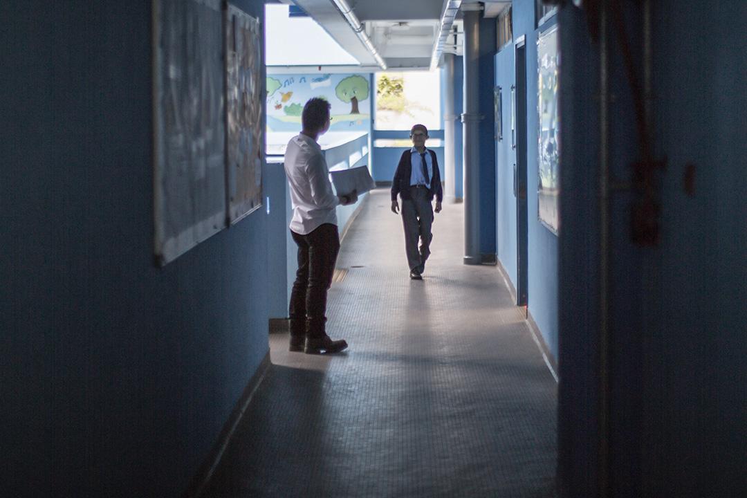從60年代末開始,香港政府主張融合教育,起初是在主流學校設立弱聽班,並為聽障學生免費提供助聽器,後來弱聽班也取消了,主張健全學生和聾人學生在同一環境下學習。