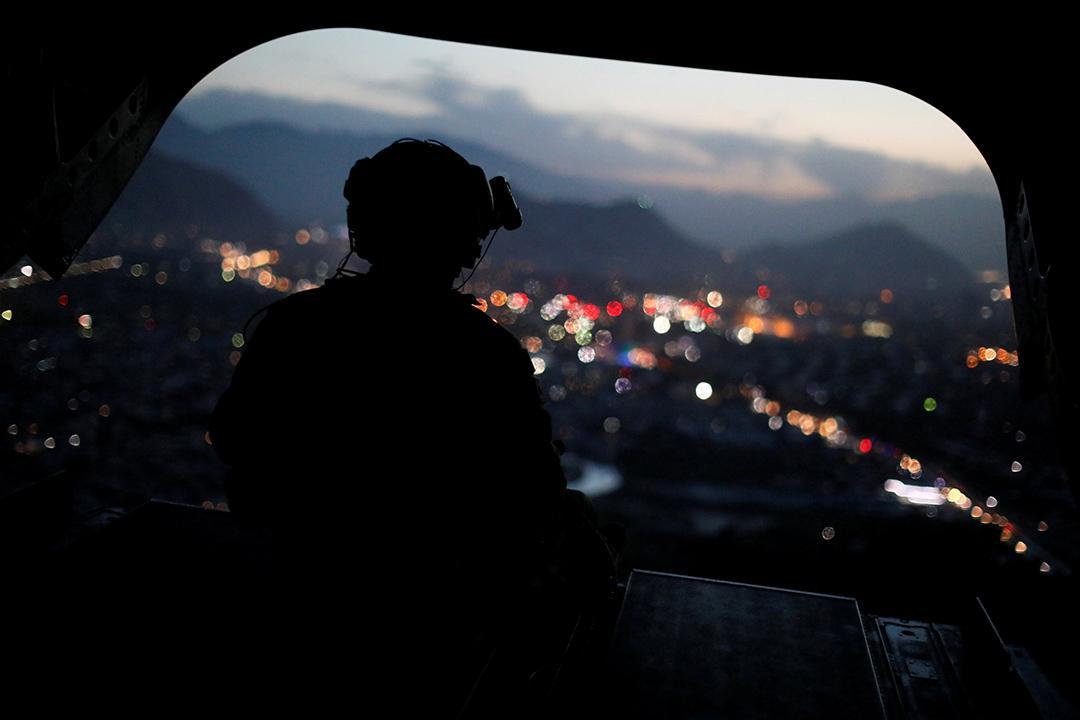 2017年4月24日,阿富汗喀布爾,一名美軍士兵與美國國防部長馬特斯(James Mattis)正搭乘直升機離開一當地後勤支援總部。