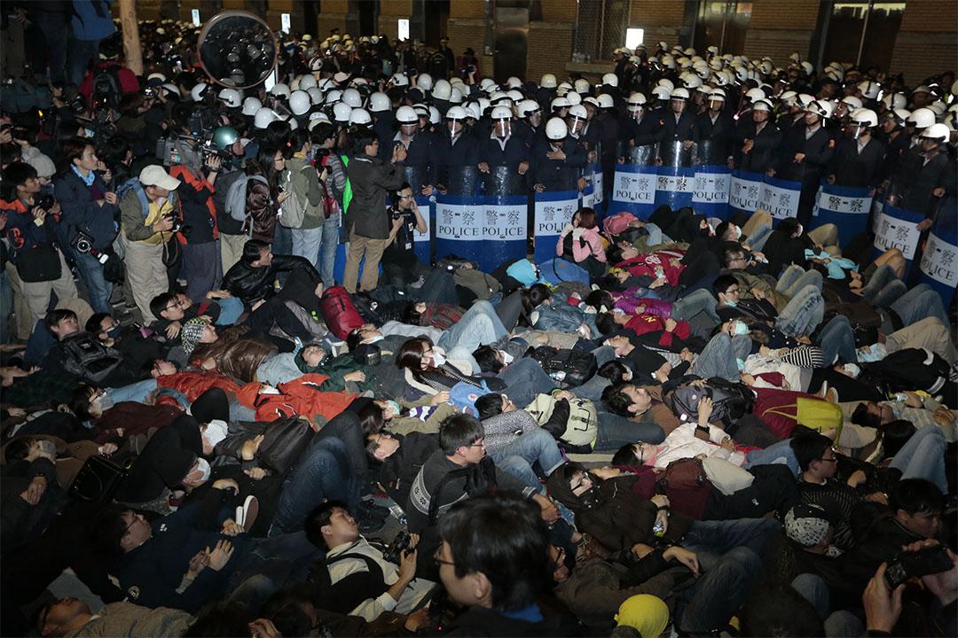 太陽花323攻佔行政院案於今日(10日)下午宣判。圖為2014年3月24日,警察於行政院外準備清場。
