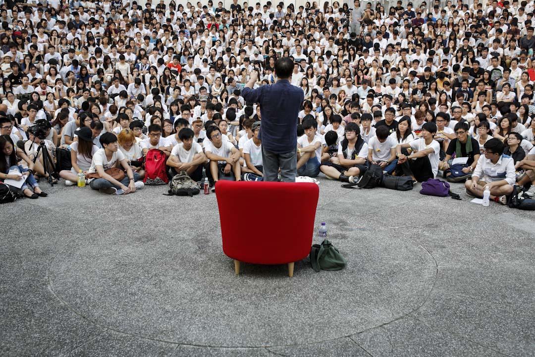 2014年9月22日,香港學界反對人大831方案,舉行大罷課首天,周保松於中大新亞圓形廣場主講「民主實踐與人的尊嚴」,從自由、平等、公民參與及博愛四個面向,闡述民主政制與個人尊嚴的關係。