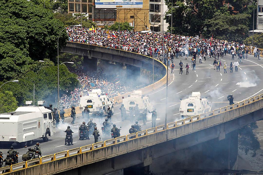 4月19日,委內瑞拉反政府示威遊行中,示威者與防暴警察發生衝突。