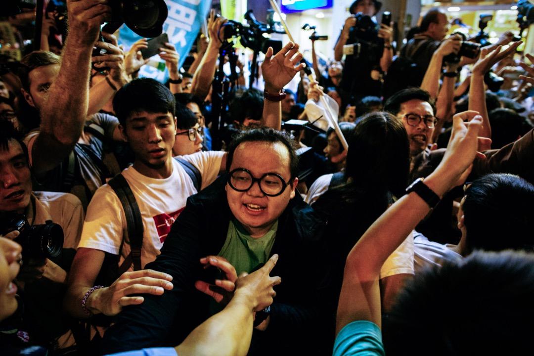 香港眾志常委林淳軒參與上年十一月初由民陣發起的反釋法遊行後,到中聯辦外抗議。