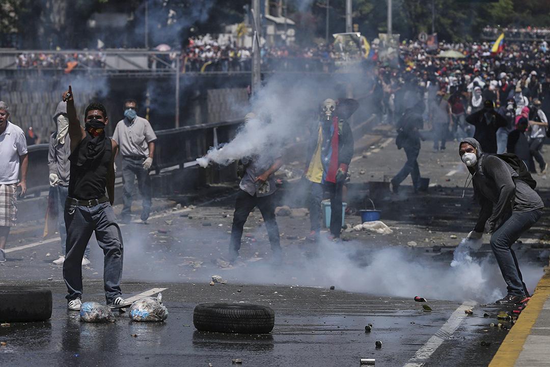 因反對黨參選人Capriles被禁從事公職15年,數萬委內瑞拉抗議者聚集街頭呼籲選舉。