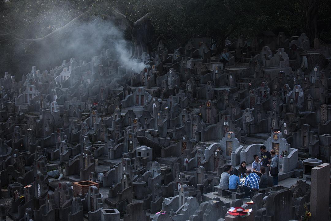 2017年4月4日,香港,清明節,一群人掃墓後在鑽石山墳場內野餐。