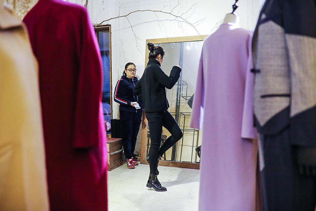 楊菲訓練模特,她要求自己的模特達到一分鐘60個造型。
