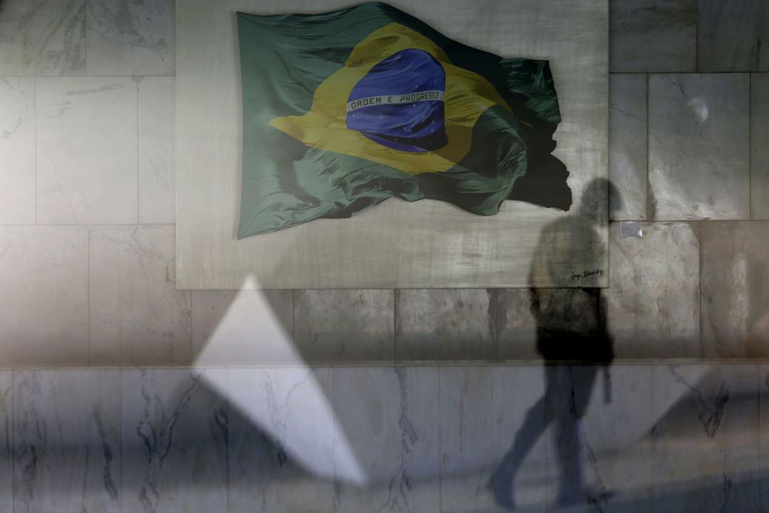 2017年4月13日,在巴西利亞,一名總統衛隊成員行經總統府的休息室外。巴西建築業巨頭Odebrecht和巴西總統特梅爾所屬政黨正牽涉在巴西史上最大的貪污案。