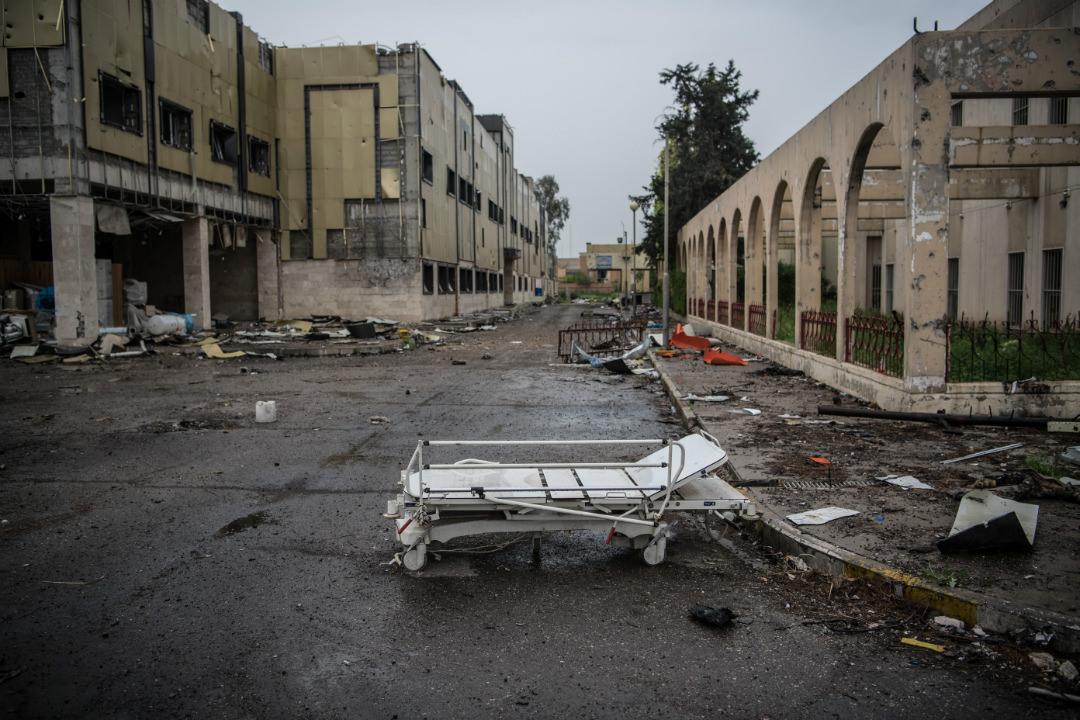 2017年4月11日,在伊拉克第二大城市摩蘇爾,一張病床被遺棄在一所被伊拉克部隊和伊斯蘭國武裝分子交火時毀掉的醫院外。