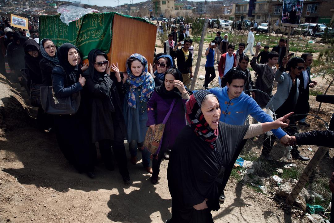 在27歲的法爾昆達.馬利克扎達(Farkhunda Malikzada)的喪禮上,她的親友與女權活動人士扛著她的棺材。法爾昆達因被人指控褻瀆可蘭經,遭群眾毆打致死。