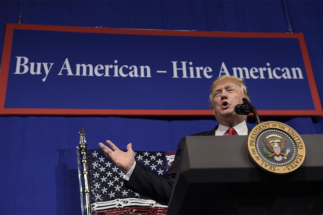 2017年4月18日,特朗普特朗普簽署「買美國貨、僱美國人」行政令並發表講話。
