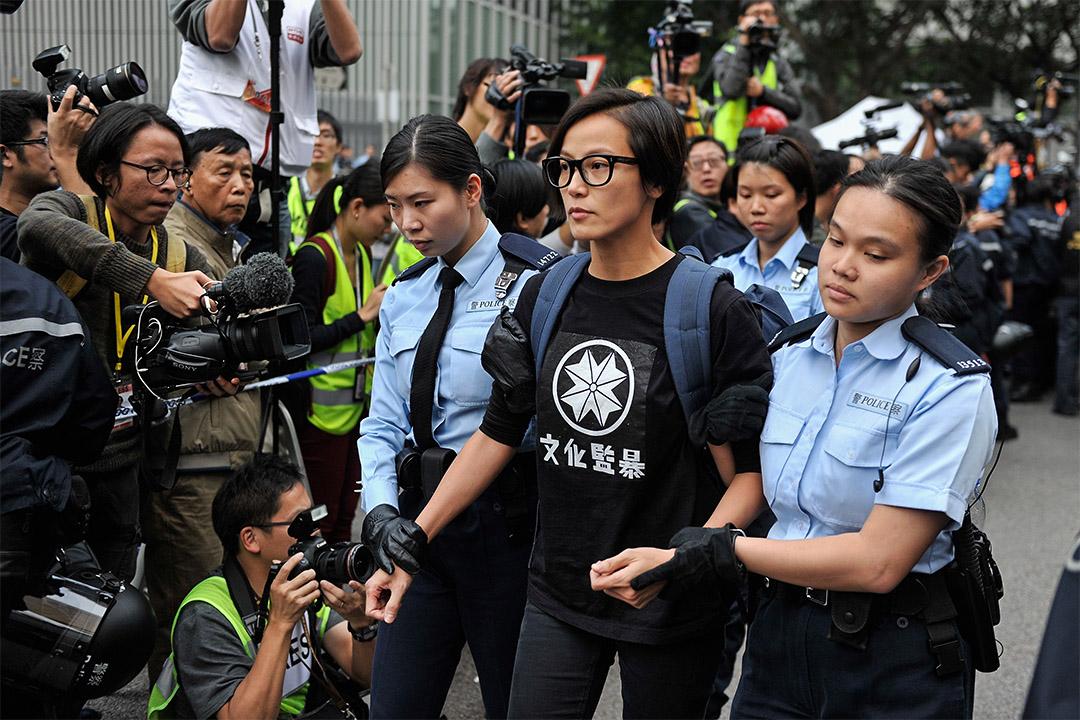 2014年12月11日,香港歌手何韵诗在中环占领区被警方带走。